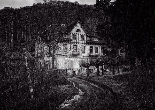 廃墟に浮かび上がる影や耳元で聞こえる男性の声が怖い