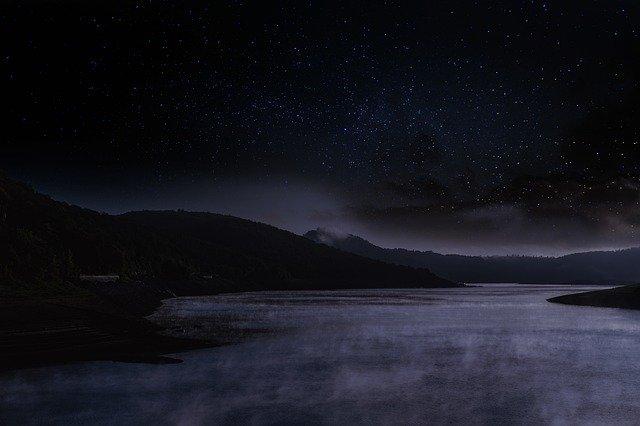 湖に呼び込む不思議な光