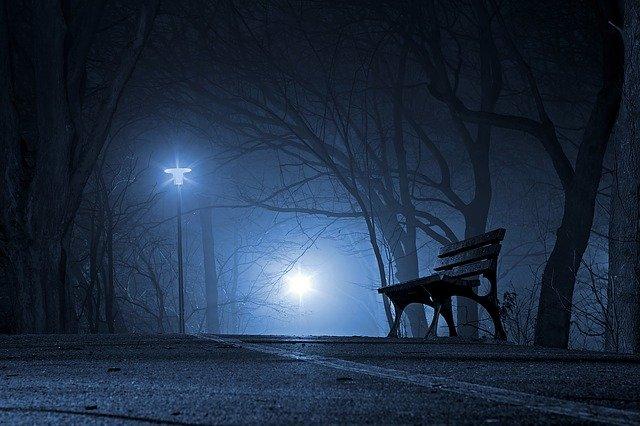 夜の路地に響く歌声